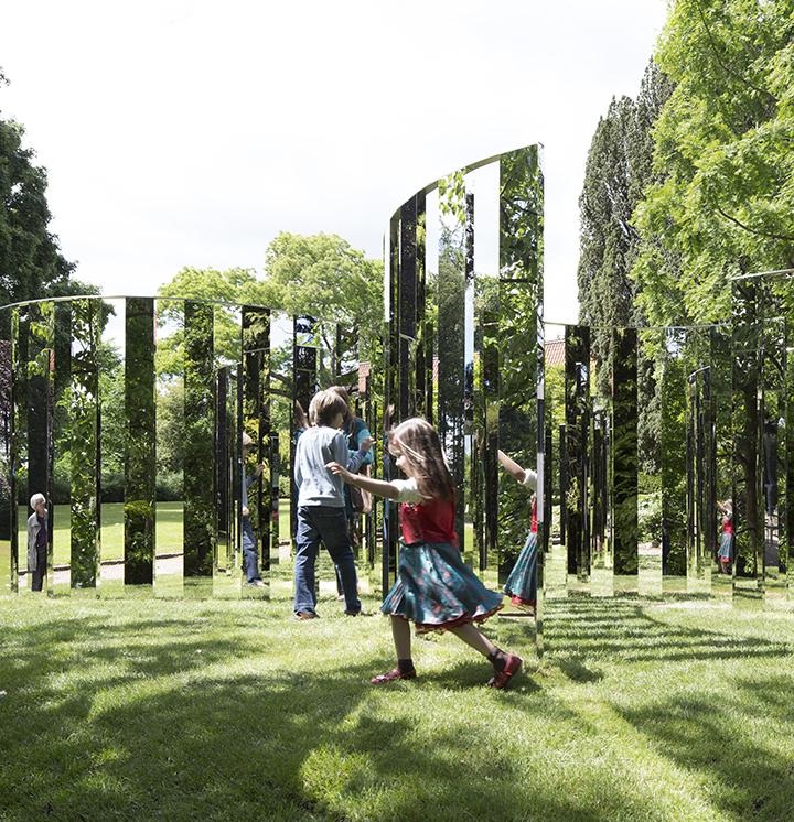 Billedet viser børn der leger ved Jeppe Heins værk. Kunst i parken