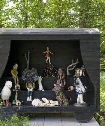 """Klara Kristalova, """"After The Deluge"""", 2015. Installation med 15 keramiske figurer. Træ, glaseret porcelæn og stentøj. Måler 218 x 343 x 144 cm Erhvervet 2020 af Ordrupgaard, finansieret af Det Obelske Familiefond og 15. juni Fonden. Ordrupgaards kunstpark"""